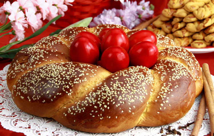 Süßes Osterbrot mit rote Eier