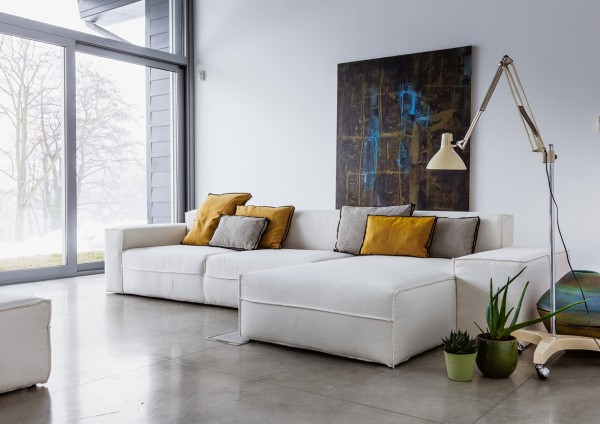 White geformte sofa