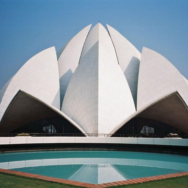 kuriose-gebäude-lotus-temple-delhi-india