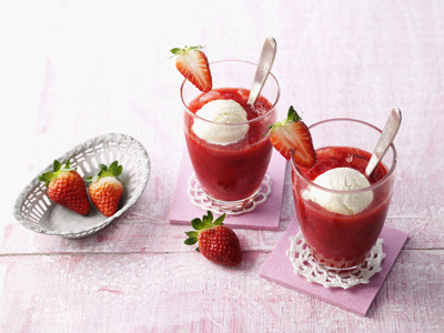 Erdbeer-Smoothie mit Vanilleeis-Mixer Smoothies